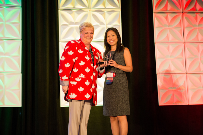 Esther Roemmele, General Manager, Nexion Canada presenting the Superstar award to Dorothy Tam at CoNexion 2017