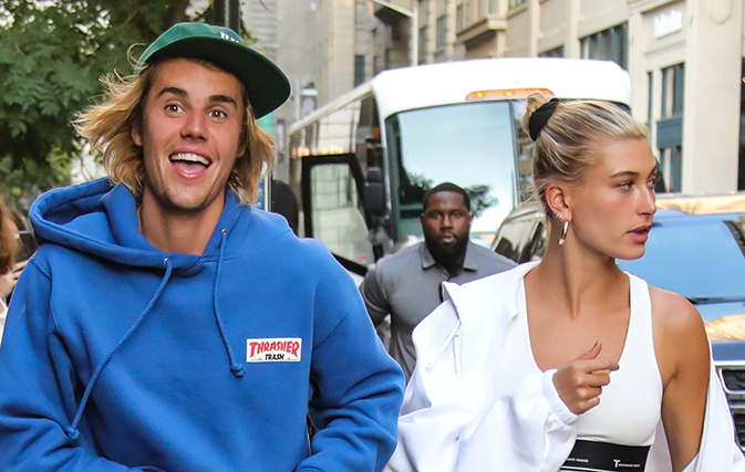Des célébrités mondiales témoignent de leur foi en Dieu... Caught-on-video-Justin-Bieber-serenading-possible-wife-outside-Buckingham-Palace_2
