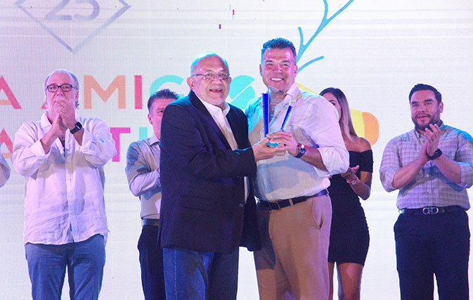 Sunwing-named-Top-Canadian-Tour-Operator-at-awards-show-in-Mazatan