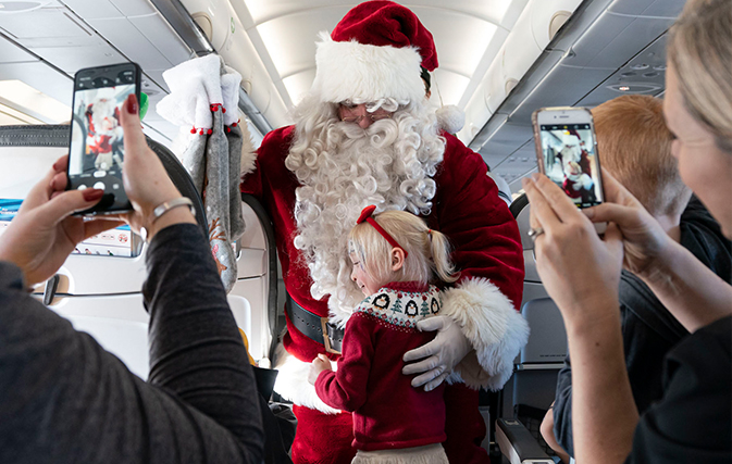 Air-Transat-spreads-holiday-cheer-on-annual-Flight-with-Santa-Claus-2